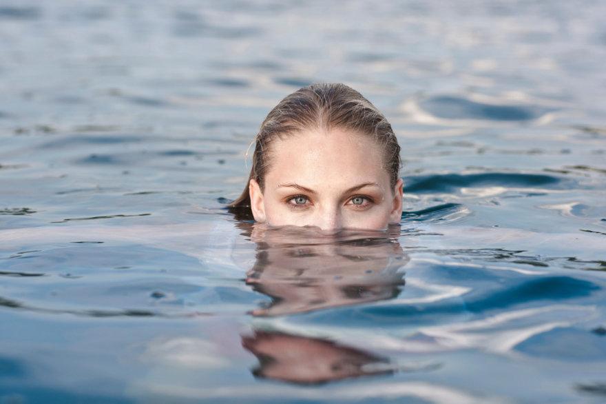 Vida Press nuotr./Moteris vandenyje