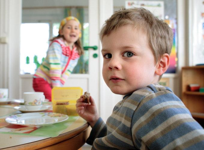 Vida Press nuotr./Vaikai pusryčiauja