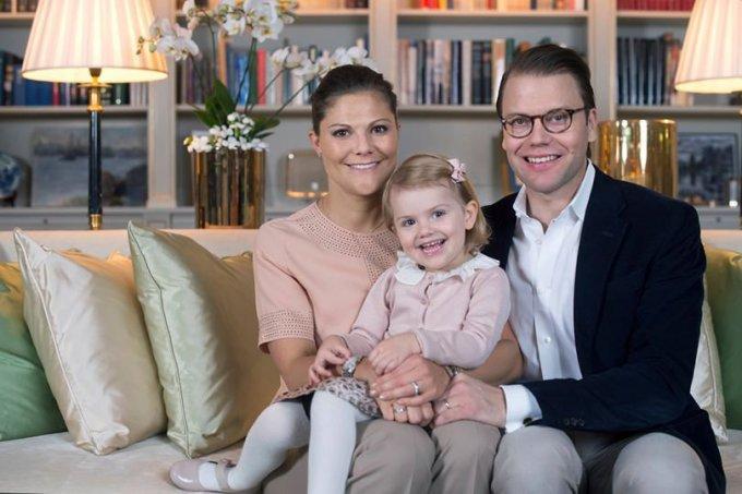 """Facebook"" nuotr./Švedijos princesė Victoria su vyru Danieliu ir dukra Estelle"