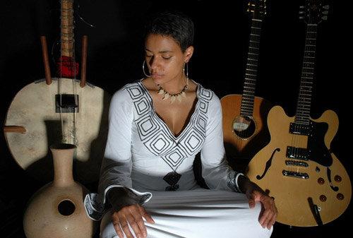 Sona Jobarteh yra pirmoji kora muzikos virtuozė moteris.
