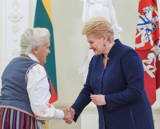 Dalia Grybauskaitė Žydų genocido atminimo dienos proga apdovanojo Žūvančiųjų gelbėjimo kryžiumi asmenis, kurie, nepaisydami mirtino pavojaus sau ir šeimai, Antrojo pasaulinio karo metais gelbėjo žydus nuo nacių genocido.