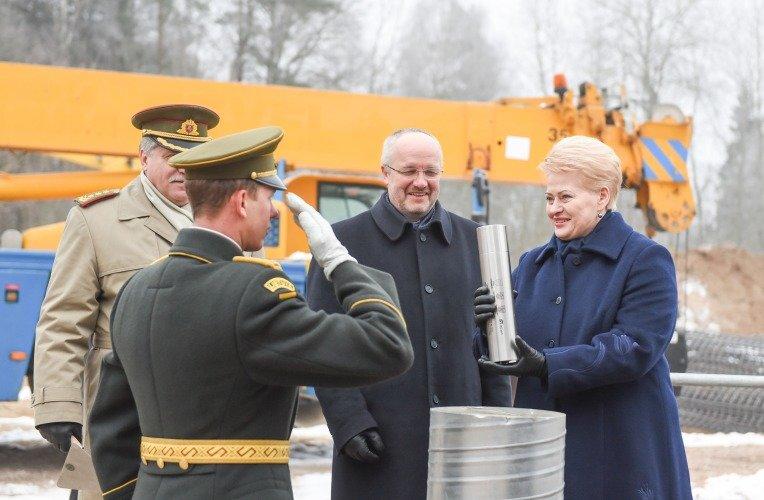 Dalia Gyrbauskaitė dalyvauja ilgojo nuotolio radaro statybos kapsulės įkasimo ceremonijoje.