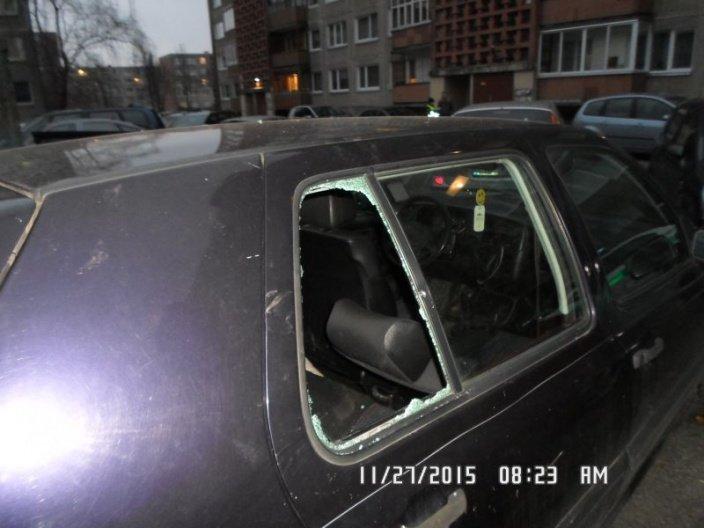 Vagis išdauždavo automobilių langus