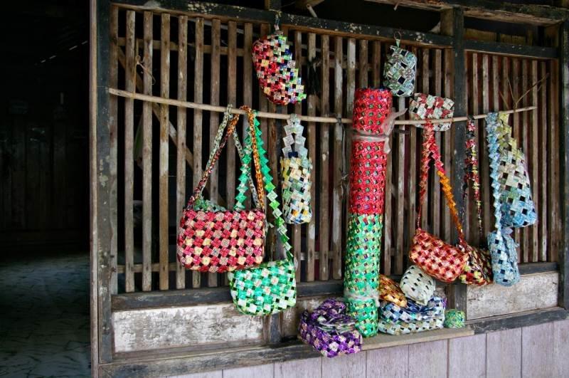 Viktorijos Panovaitės nuotr./Sikonyer kaime žmonės stengiasi papildomai užsidirbti, gamindami krepšius iš plastikinių šiukšlių maišelių.