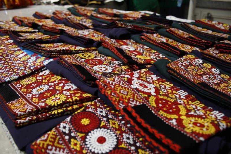 Živilės Necejauskaitės nuotr./Tradiciniais raštais sukneles visdar puošia bene visos turkmėnų moterys