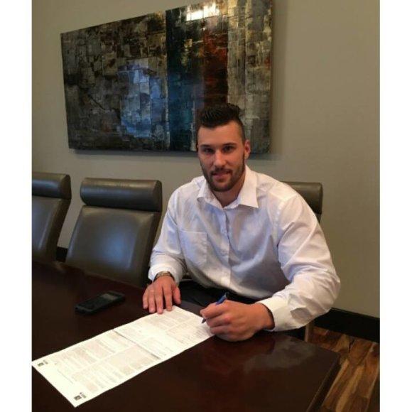 Asmeninė nuotr./Tautvydas Kieras pasirašė sutartį su NFL agentu