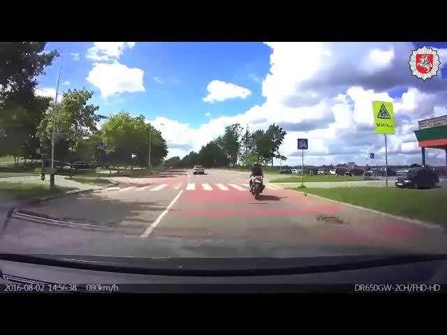 sesiolikmetis-motociklininkas-nesilaike-keliu-eismo-taisykliu