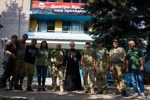 """""""Facebook"""" nuotr./Tėvas Valentinas Seroveckis su savanorių batalionu """"Aratta"""""""