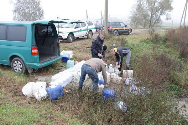 Jurbarko rajono Dainių kaime pareigūnai išpylė beveik toną svaigalų, daugiausia – naminės degtinės.
