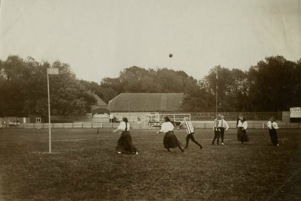 Hagos apylinkėse žaidžiamas korfbolas, 1906 m.