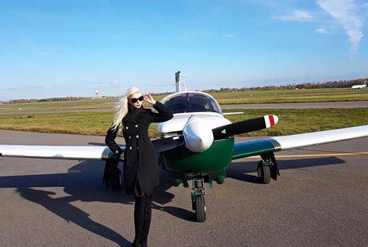 """Ingos Stumbrienės/""""Facebook"""" nuotr./Inga Stumbrienė prie tėvo lėktuvo"""