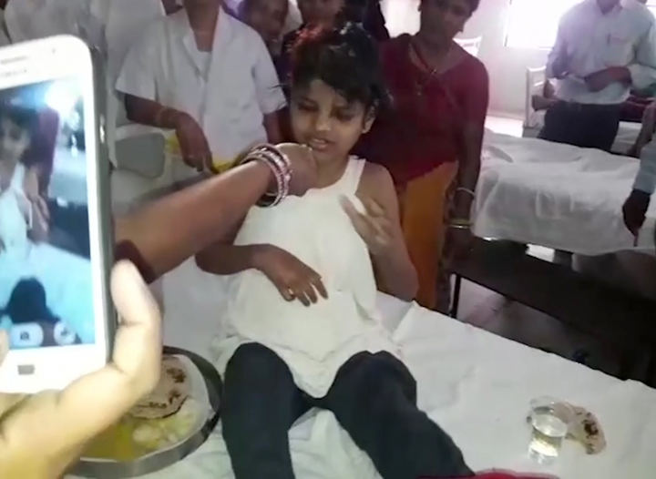 Indijos miškuose rasta su beždžionėmis gyvenanti mergaitė