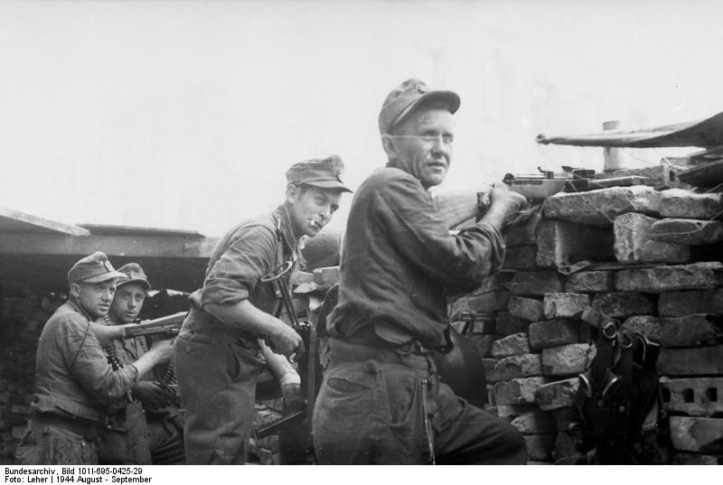 Vokiečių kariai ugnies pozicijoje (1944 m. rugpjūtis–rugsėjis)