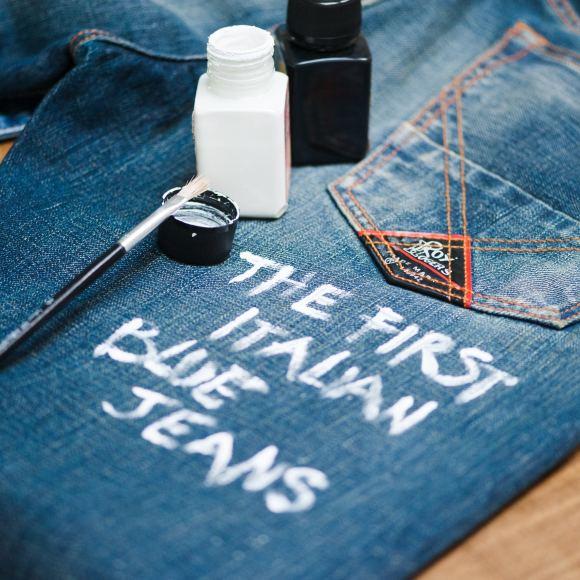 Tavoroma.lt nuotr./Viena garsiausių Italijos džinsų bendrovių siūlo atnaujinti vintažinius džinsus užrašais