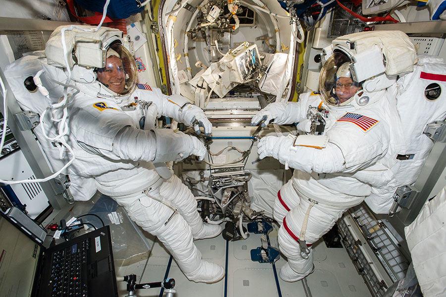 TKS įgulos vadė Peggy Whitson ir skrydžio inžinierius Jackas Fischeris (abu iš NASA) atvirame kosmose turėtų praleisti dvi su puse valandos.