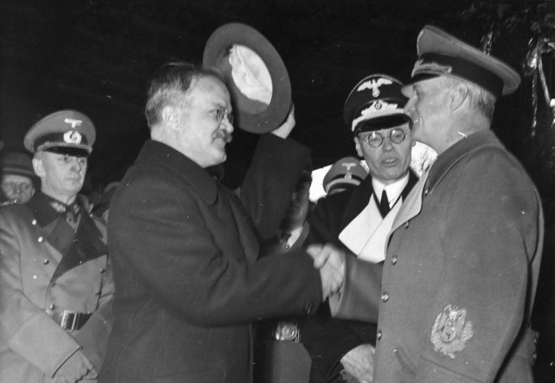 Viačeslavas Molotovas sveikinasi su Joachimu von Ribbentropu Berlyne.