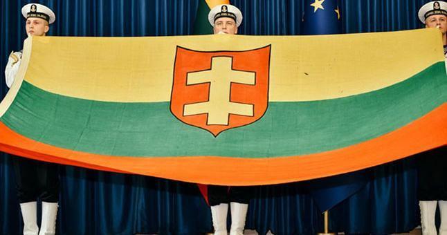 """2x3 metrų dydžio laivo """"Prezidentas Smetona""""vėliavą laiko Karinių jūrų pajėgų kariai"""