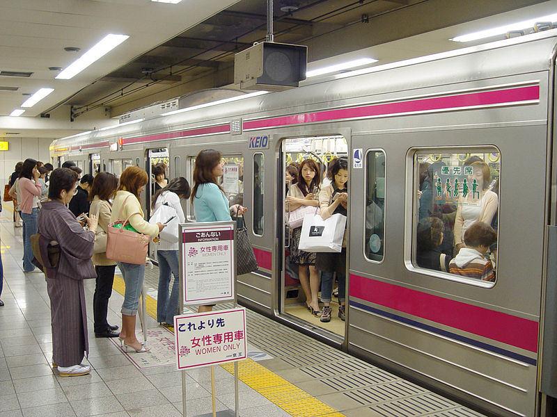 Moterims skirtas metro vagonas Japonijoje