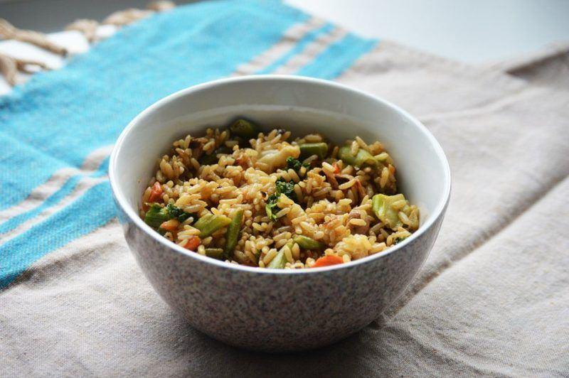 Rytietiški kepti ryžiai su vištiena ir daržovėmis