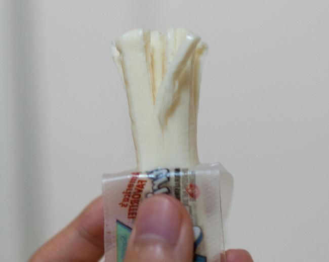 Įprastai plėšomu sūriu vadiname mažai drėgmės turinčios mocarelos lazdeles.