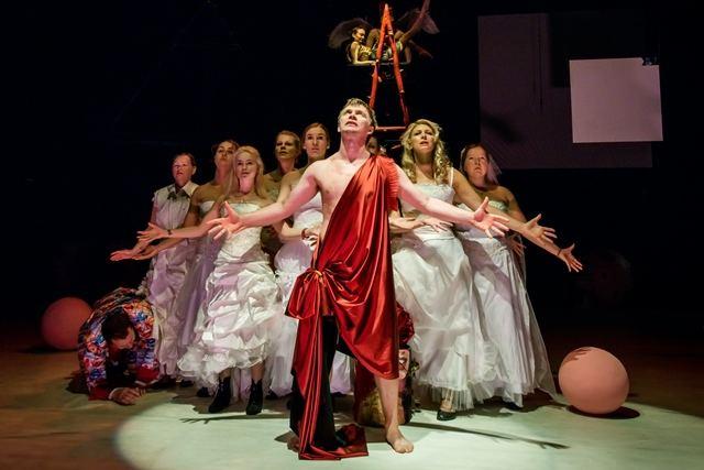 """Vladimiro Majakovskio kūryba, skambanti premjeriniame Jono Vaitkaus spektaklyje """"Tryliktas apaštalas, arba Debesis kelnėse""""."""