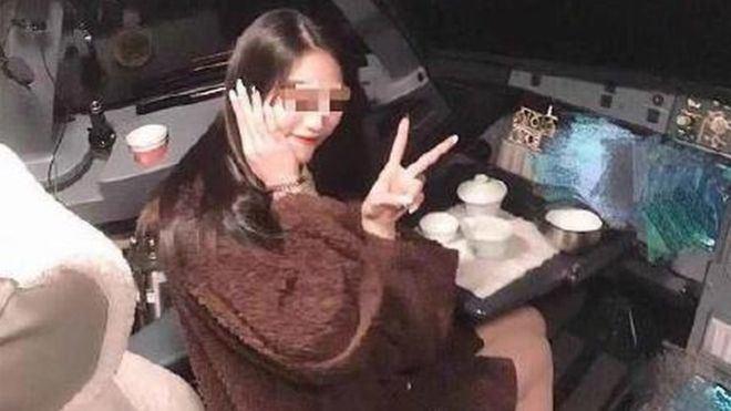 """""""Weibo"""" išplitusi nuotrauka, kurioje – lakūnų kabinoje sėdinti keleivė"""