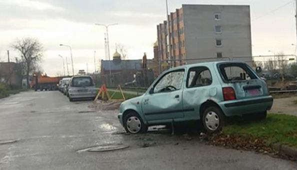 Rambyno gatvėje stovintis apleistas automobilis