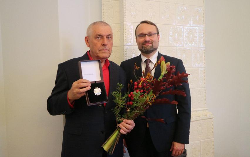 """Stasiui Eidrigevičiui įteiktas garbės ženkas """"Nešk savo šviesą ir tikėk"""""""