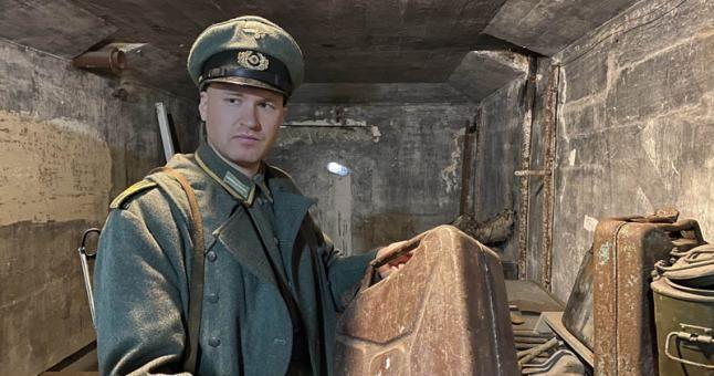 Istoriją tyrinėjantis Aivaras Kurskis parodė, ką pavyko atrasti baterijoje. Rankose jis laiko dar Antrajame pasauliniame kare naudotą degalų talpyklą