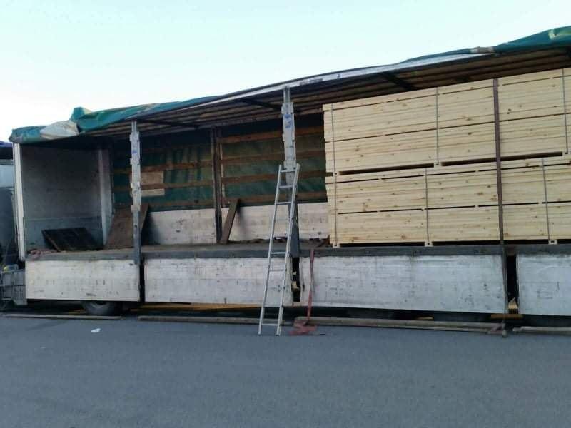 Medininkų poste sulaikyta kontrabanda slėpta po medienos kroviniu
