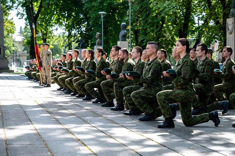 Jaunesniųjų karininkų vadų mokymus baigė 74 aukštųjų mokyklų studentai