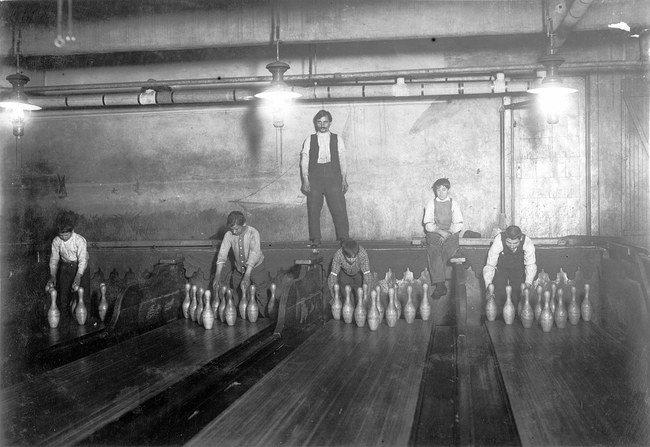 1910-ieji – boulingo takelius tvarko kėglių berniukai.