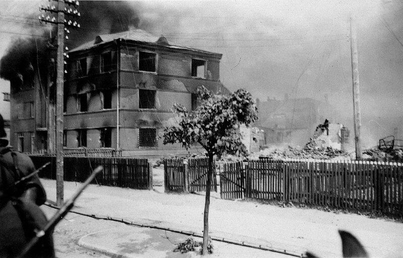 Tauragė, Dariaus ir Girėno al. ir Vytauto g. kampe stovėjęs pastatas (1941)