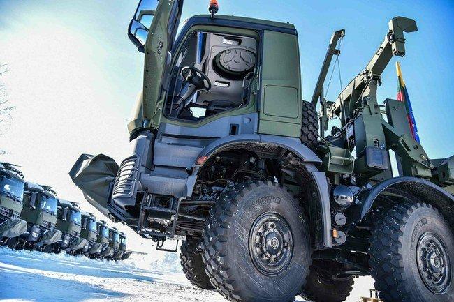 """Lietuvos kariuomenei perduoti sunkvežimiai """"Arocs"""""""