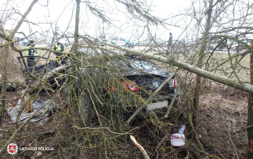 """Įvykio vietoje: A1 kelyje nesuvaldytas """"VW Passat"""""""