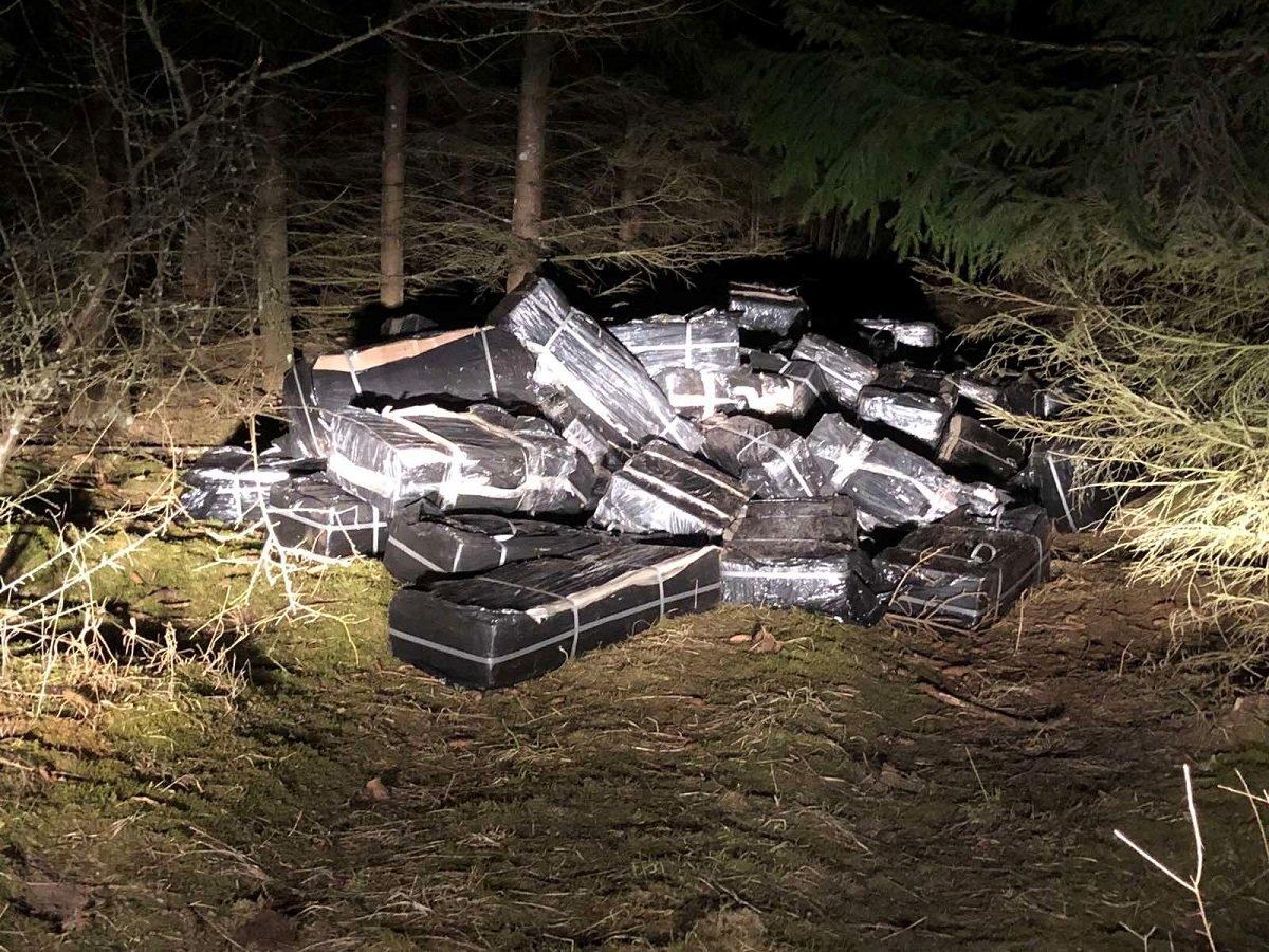 Prie bėgių Radviliškio rajone mėtėsi 167 tūkst. eurų vertės kontrabanda