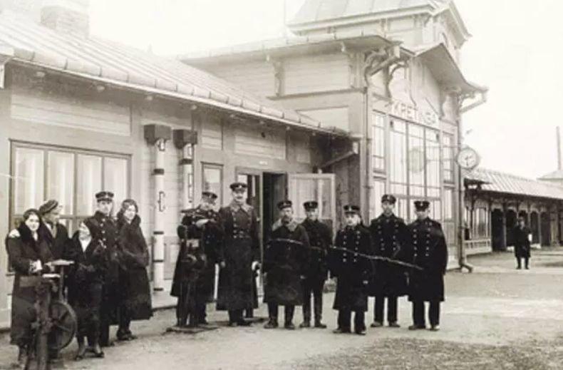 Kretingos geležinkelio stoties darbuotojai perone XX a. 4-as deš. Lietuvos geležinkelių muziejaus nuotr.