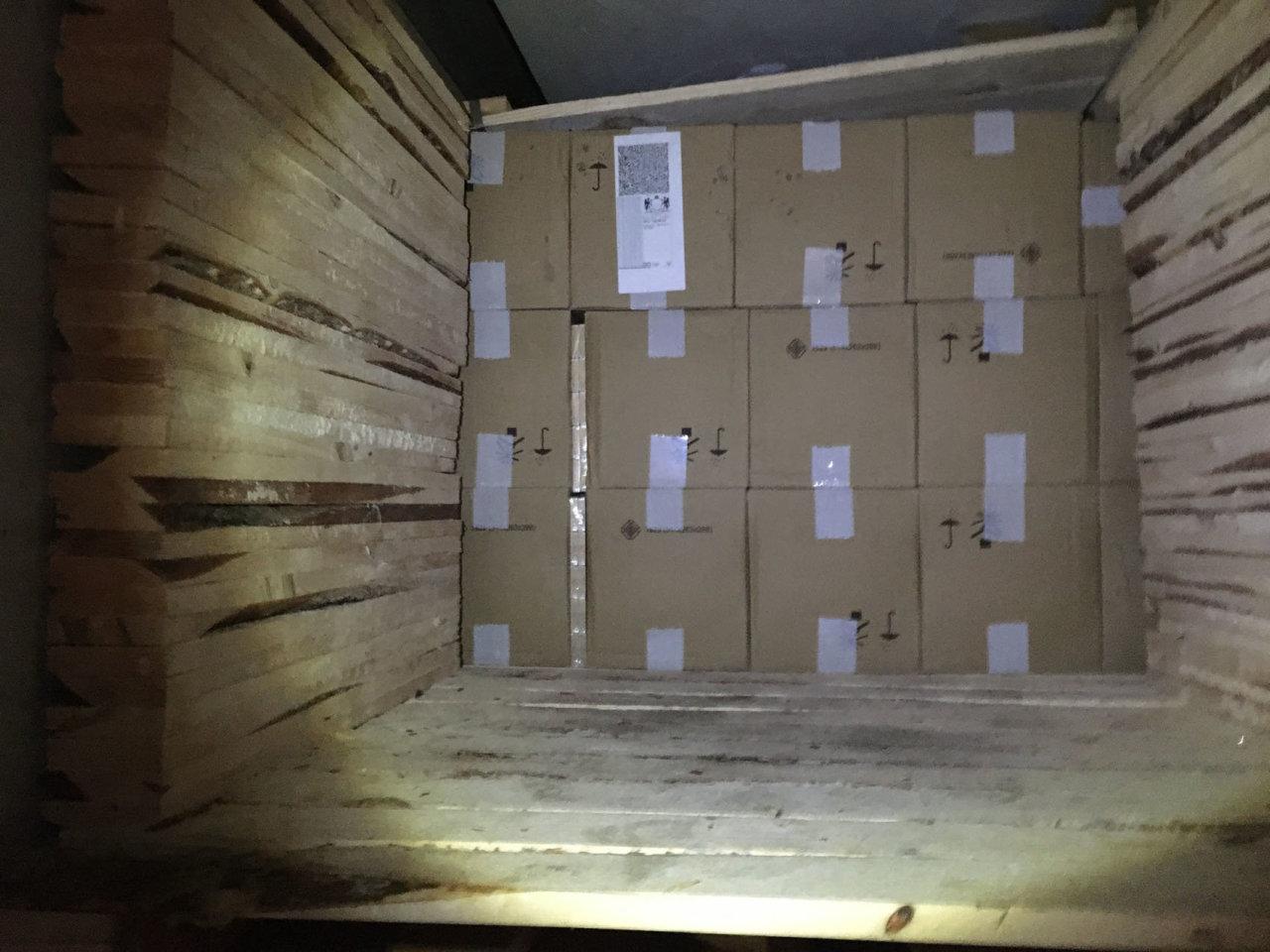 """""""Karstai"""" Raigarde: medienos krovinį tikrinę muitininkai aptiko milijono eurų vertės kontrabandą"""