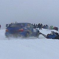 Žiūrovai nesilaiko saugumo ir trukdo žiemos ralio dalyviams.