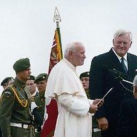 Algirdas Brazauskas su Lietuvoje viešėjusiu popiežiumi Jonu Pauliumi II (1993 m.)