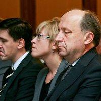 Ūkio ministras Dainius Kreivys (viduryje) viešai pasisako už sąžiningus bei skaidrius viešuosius pirkimus, bet ar žodžiai visada virsta darbais?