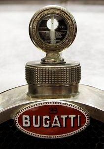 Tai – ne Bugatti papuošimas, o aušinimo skysčio temperatūros matuoklis. Jį vairuotojas galėjo stebėti nenuleisdamas akių nuo kelio. (Thesupermat, Wikimedia(CC BY-SA 3.0)