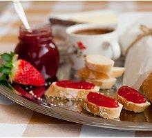 Saldus pusryčių sumuštinis su prancūzišku batonu