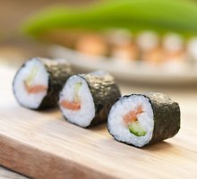 Maki sušis su lašišomis ir avokadais
