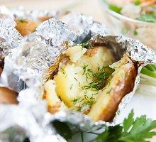 Trijų sūrių bulvės, keptos folijoje
