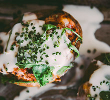 Orkaitėje keptos bulvės su tuno padažu ir kiaušiniais