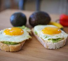 Meksikietiški pusryčių skrebučiai su avokadais