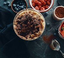 Sluoksniuotas desertas su šviežiomis uogomis, maskarponės kremu ir karamelizuotais trupiniais