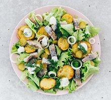 Silkės ir keptų bulvių salotos