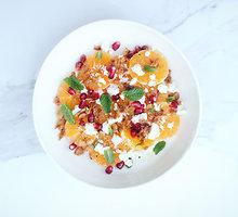 Lengvos mandarinų, fetos ir karamelizuotų migdolų salotos